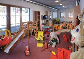 Children play in the cottage of the safe childcare (from 5 months) of the ski school S4 Snowsports Fieberbrunn.