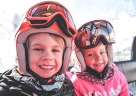"""Lachende Kinder beim Skikurs """"All-in-One"""" für Kinder (bis 12 Jahre) - Alle Levels"""