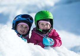Two kids have fun in the kinderland for kids from 2 to 6 years old with Escuela Española de Esquí y Snowboard de Cerler.