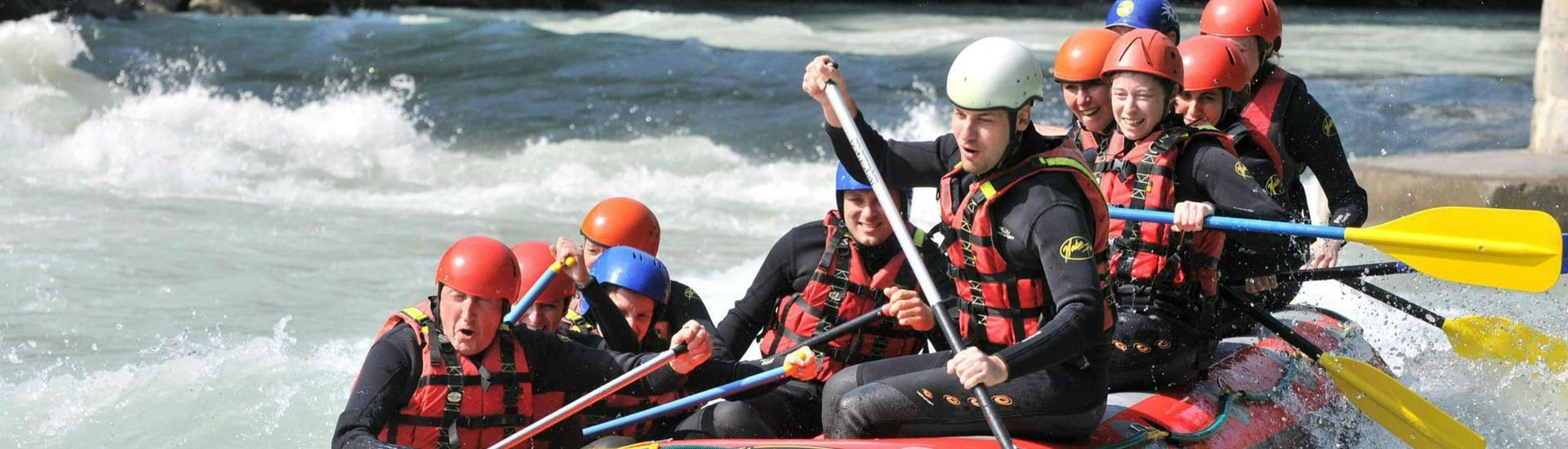 A group of friends is tackling some rapids on the Dranse river during their rafting tour with 7 Aventures.