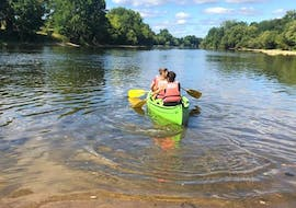Friends are paddling on the river thanks to their 7km Canoe Rental on the Dordogne to Port-Sainte-Foy with Canoe Kayak Port-Sainte-Foy.