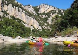 Un groupe de personnes s'amusant sur l'Hérault grâce à la Location de canoë dans l'Hérault - Descente Familiale 8km proposée par Canoë Montana.