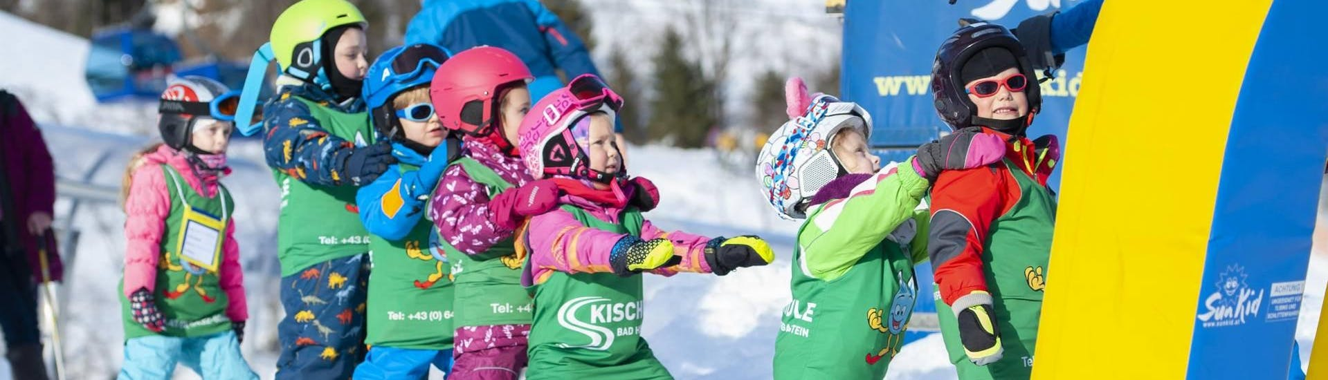 a group of kids during their kids ski lessons Miniclub with skischule Bad Hofgastein.