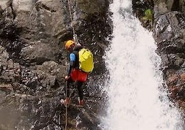Man abseiling in the canyon of Chassezac with Cévèn'Aventure.