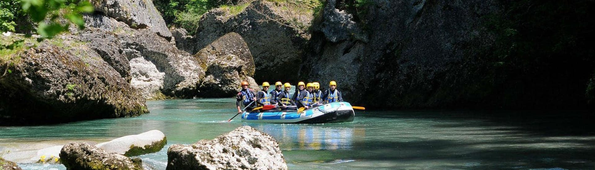 Friends are rafting on the Haute-Isère river with AN Rafting Savoie.