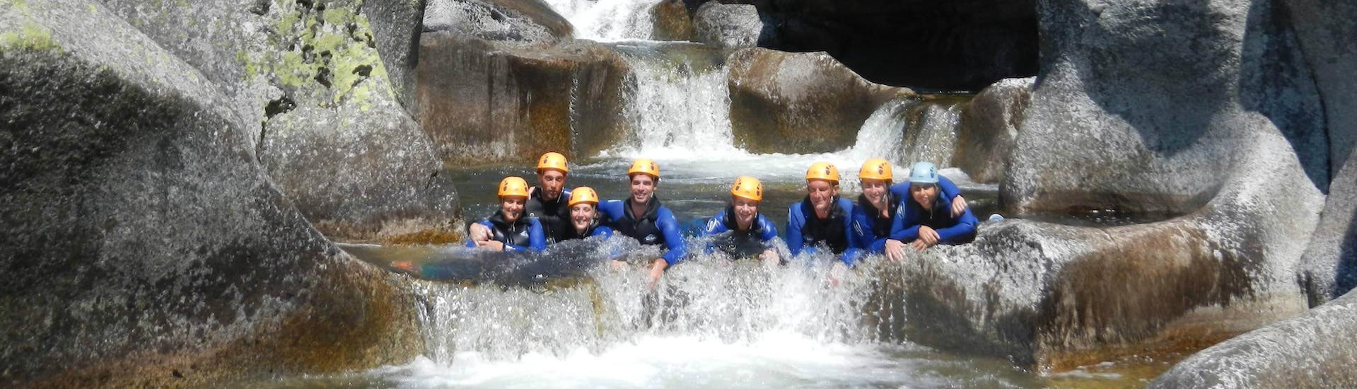 A group of people is following their guide during their canyoning tour with B&ABA Sport Nature.