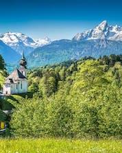 Die wunderschöne Landschaft des Nationalparks in Berchtesgaden in Bayern, wo du in einen Heißluftballon steigen und die Aussicht während deines Fluges im Ballon genießen kannst.