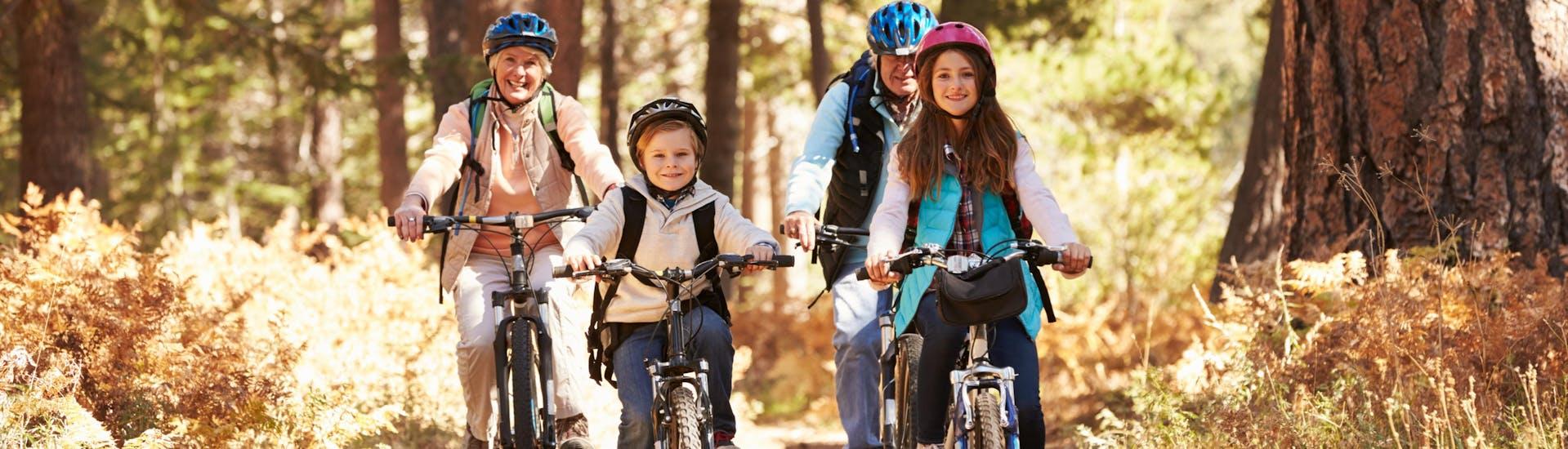 Une famille fait du vélo grâce à des vélos loués dans un magasin de location de vélos situé dans la destination Nendaz.