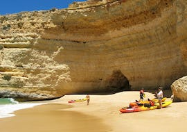 A group of kajakers is pictured on the beach during their Boat and Kayak Tour - Benagil Cave with Seasiren Tours.