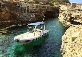 Un bateau semi-rigide de Vitamin Sea Gozo mouille dans une magnifique baie pendant une Sortie privée en bateau à la journée autour de Gozo & Comino.