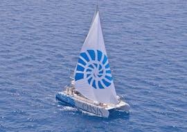 Il nostro catamarano sulle acque cristalline durante il Giro in Catamarano a Vela nella Baia di Palma con Snorkeling con Oasis Catamaran.