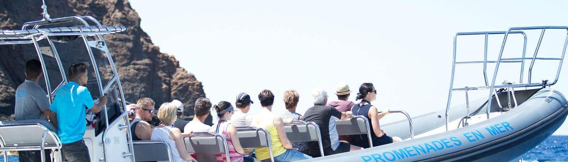 A group is enjoying the Boat Tour in Golfe de Porto - Grand Tour operated by Avventu Event's.