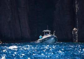 A group of friends is enjoying their Boat Tour in Golfe de Porto - Réserve de Scandola activity with Avventu Event's.