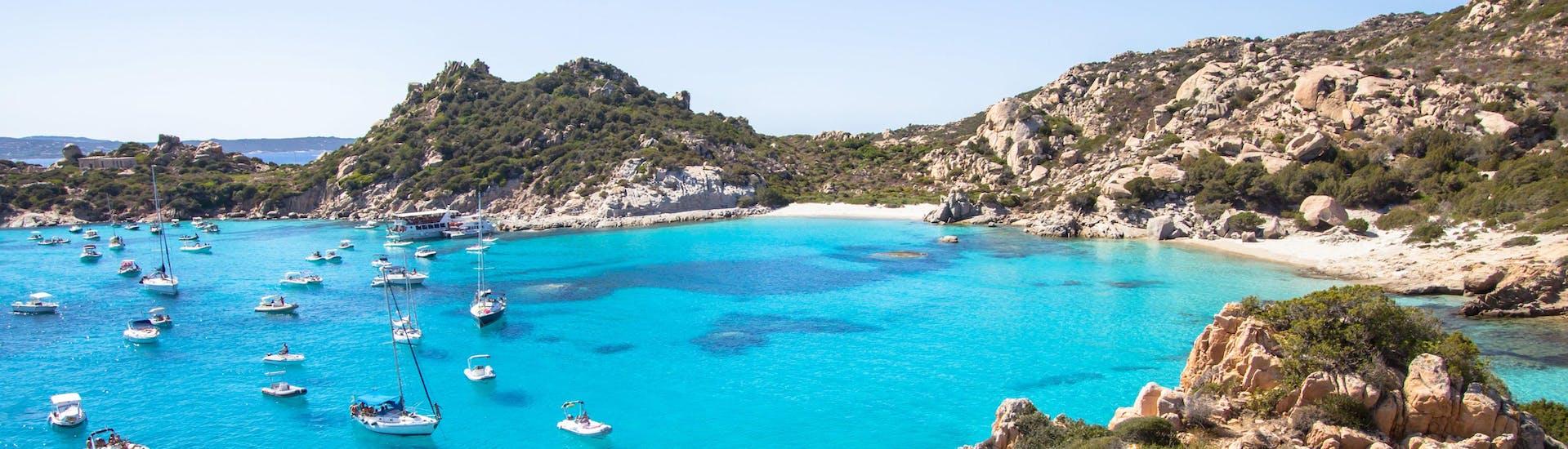 Ein Bild der wunderschönen Cala Corsada, einem der Orte die man bei einer Bootstour in La Maddalena besuchen kann.