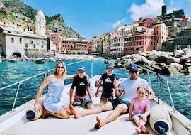 Une famille heureuse pendant la balade en bateau le long de la côte des Cinque Terre depuis Monterosso Fish&Chill Cinque Terre Tour.