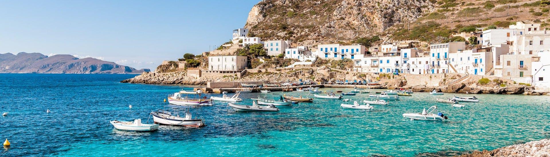 La vista della costa dell'isola di Levanzo che i visitatori possono ammirare durante un giro in barca alle isole Egadi in Sicilia.