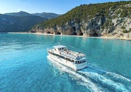 Notre navire pendant la balade en bateau dans le golfe d'Orosei avec apéritif en été avec Dovesesto Cala Gonone.