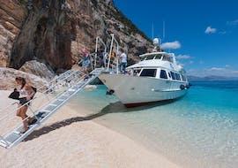 Les passagers sont en train de descendre du bateau, lors d'une balade en bateau dans le golfe d'Orsei et les grottes de Bue Marino avec Motonave Pegaso Cala Gonone.