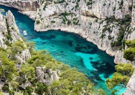 Une famille faisant une Balade en bateau au cœur des Calanques avec Croisière Marseille Calanques.