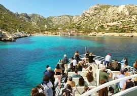 Des personnes lors de la Balade en bateau au cœur des Calanques avec Croisiere Marseille Calanques.