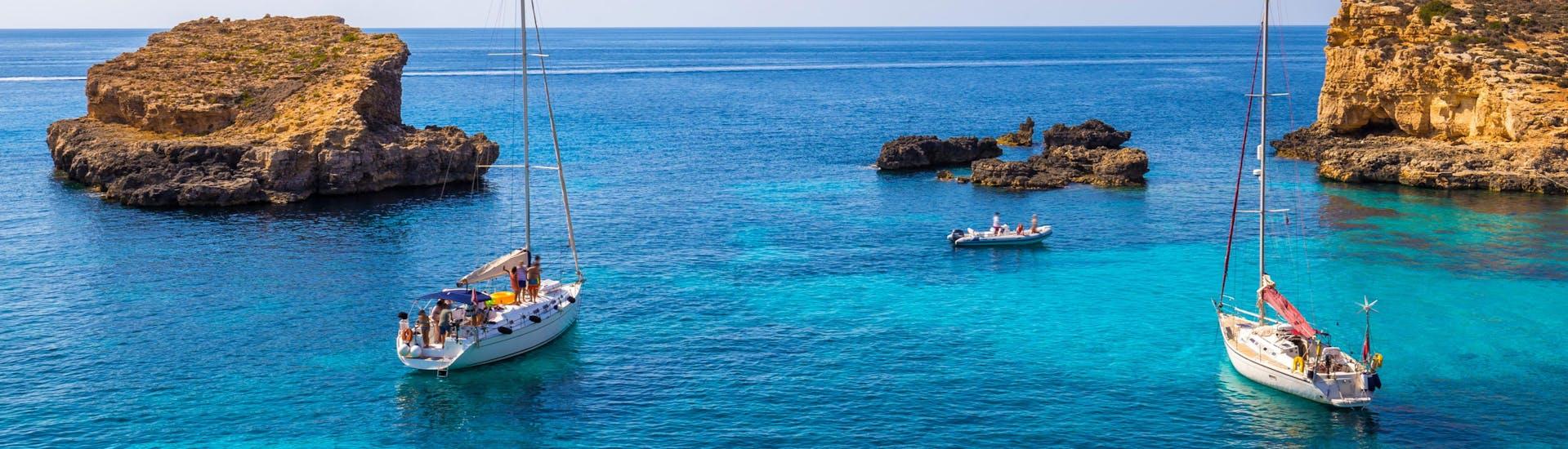 Eine Freundesgruppe macht eine Bootstour in der Urlaubsregion Malta.