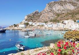 Il porto di Levanzo che potrai ammirare durante il giro in barca a Favignana e Levanzo con pranzo con Egadi Escursioni.