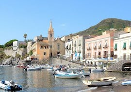 The picturesque village of Panarea that you can admire during the boat trip to Lipari, Panarea and Stromboli with Tarnav Tours Eolie.