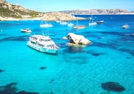 Unser Boot auf dem kristallklaren Wasser Sardiniens während der Bootstour nach La maddalena inkl. Budelli Insel in der Nebensaison mit Maggior Leggero Tour.