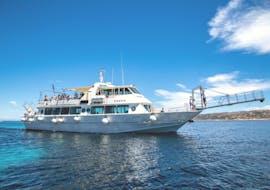 Eines unserer geräumigen Boote während der Bootstour zum Maddalena-Archipel inkl. Budelli-Insel mit Maggior Leggero Tour.