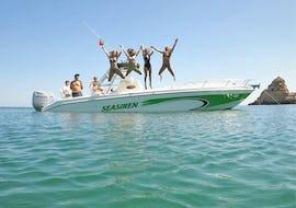 Eine Gruppe Frauen springt bei der Bootstour - Benagil Höhle vom Seasiren Tours Motorboot ins Meer.