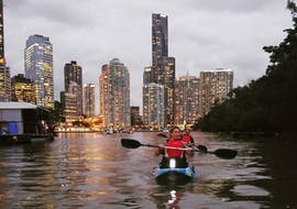 Our guests on the Brisbane river in the early evening at the start of the activity Kayaking in Brisbane in Nighttime with Kayak Fun