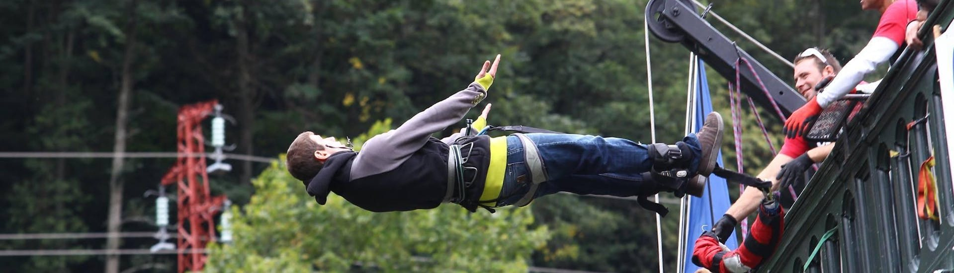 A man is bungee jumping from the Napoleon Bridge in the Pyrenees with Elastique Toy Bungee.