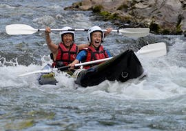 Two Seater are laughing on the Cano-raft on the Nive with cocktail aventure.