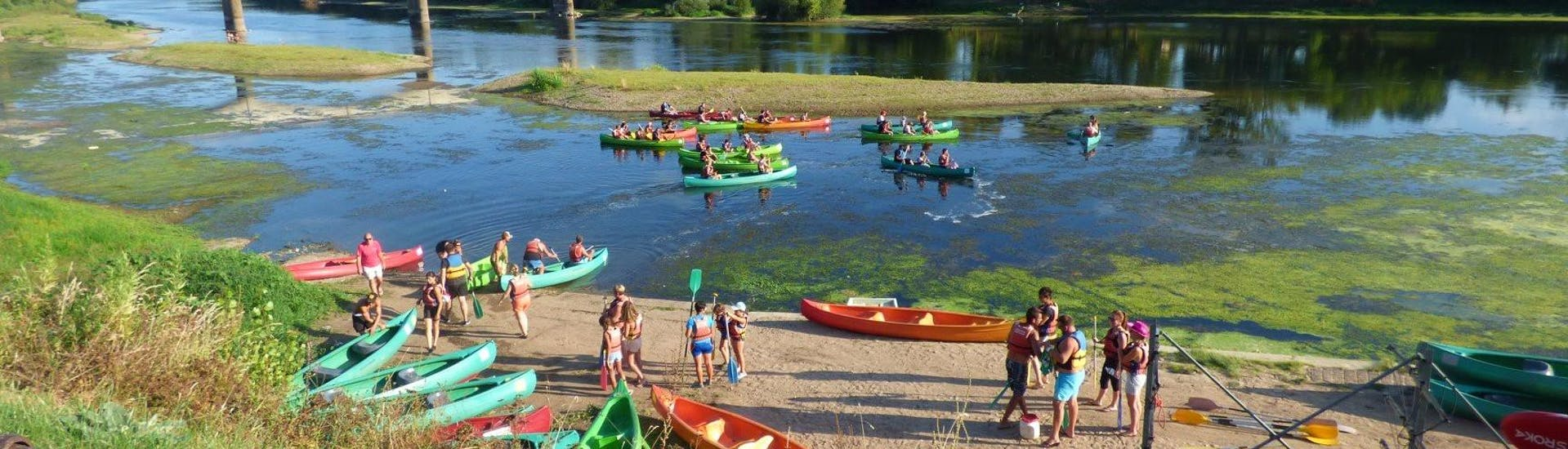 Holidaymakers are getting into the water for their canoeing tour on the Dordogne river with Canoe Kayak Port-Sainte-Foy.