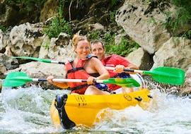 Deux personnes descendent la rivière Ardèche et s'amusent lors de leur Location de canoë en Ardèche - Descente aventure 24km avec ALB Canoës.