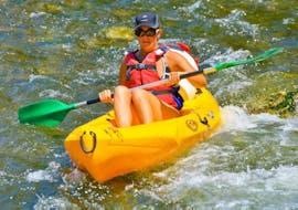 Une personne descend la rivière Ardèche et s'amuse lors de sa Location de canoë en Ardèche - 32km - 2 jours avec bivouac avec ALB Canoës.