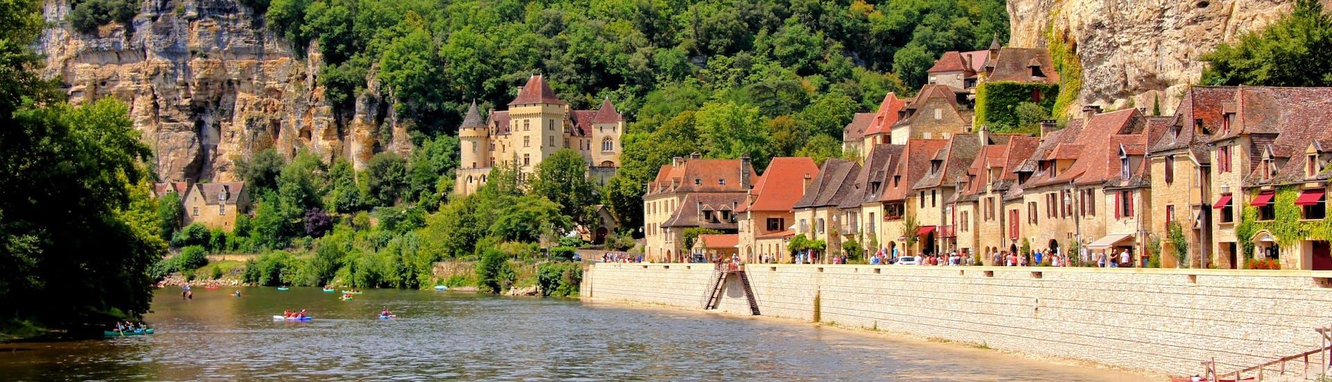 Belle vue du village de La Roque-Gageac sur la rivière Dordogne sur laquelle les touristes font du canoë pendant l'été.