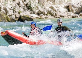 Two participants of the canoeing tour on the Saalach for adventurers - Seven Rapids enjoy the wild rapids together with Base Camp.
