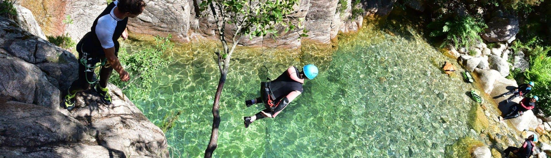 Un homme saute dans une piscine naturelle lors d'une sortie Canyoning privé dans la Vacca - Aquatique (12 pax)  avec Corsica Madness.
