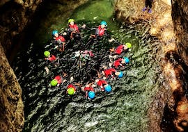 A group of friends is having fun in the canyon during a bachelor party during the canyoning activity organized by LOLgarda.