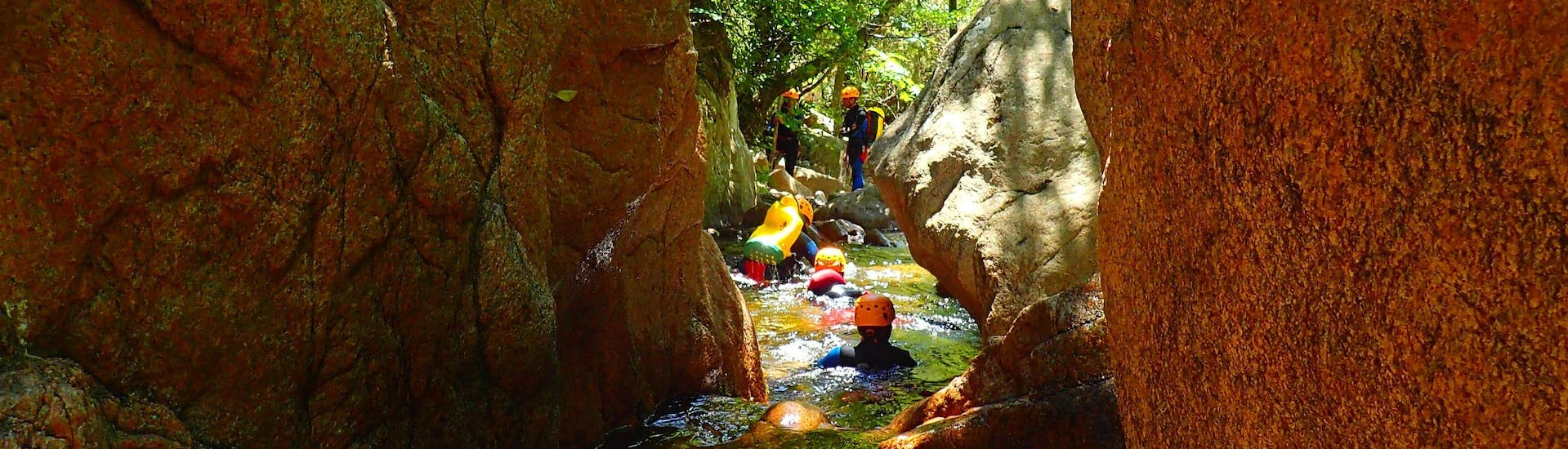 A family is swimming in the canyon du Baracci during the Canyoning Discovery with Canyon Corse.