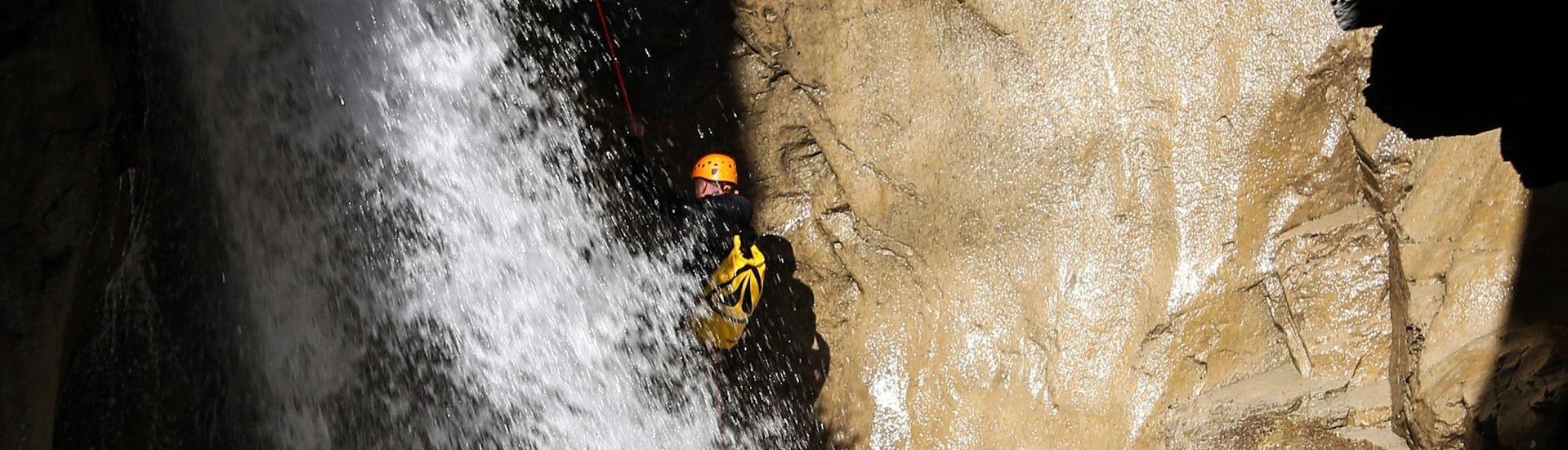 Un homme descend en rappel le long d'une cascade lors de sa sortie Canyoning dans le canyon du Chichin - Expert avec SerreChe Canyon.