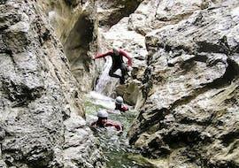 Eine Gruppe Freunde nimmt an der Tour Canyoning für Abenteurer - Taxaklamm des Anbieters Sport und Natur teil.