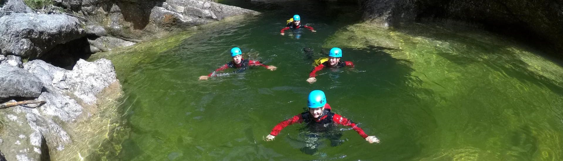 A group of people is enjoying the Canyoning for Beginners - Almbachklamm organised by professional canyoning guides from Bergführer Salzburg.