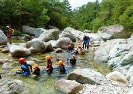 Une famille se baigne dans le canyon du Vecchio pendant la sortie Canyoning en famille avec Canyon Corse.