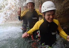 Ein Junge genießt die Zeit mit seinen Eltern beim Familien Canyoning im Allgäu mit canyoning erleben.