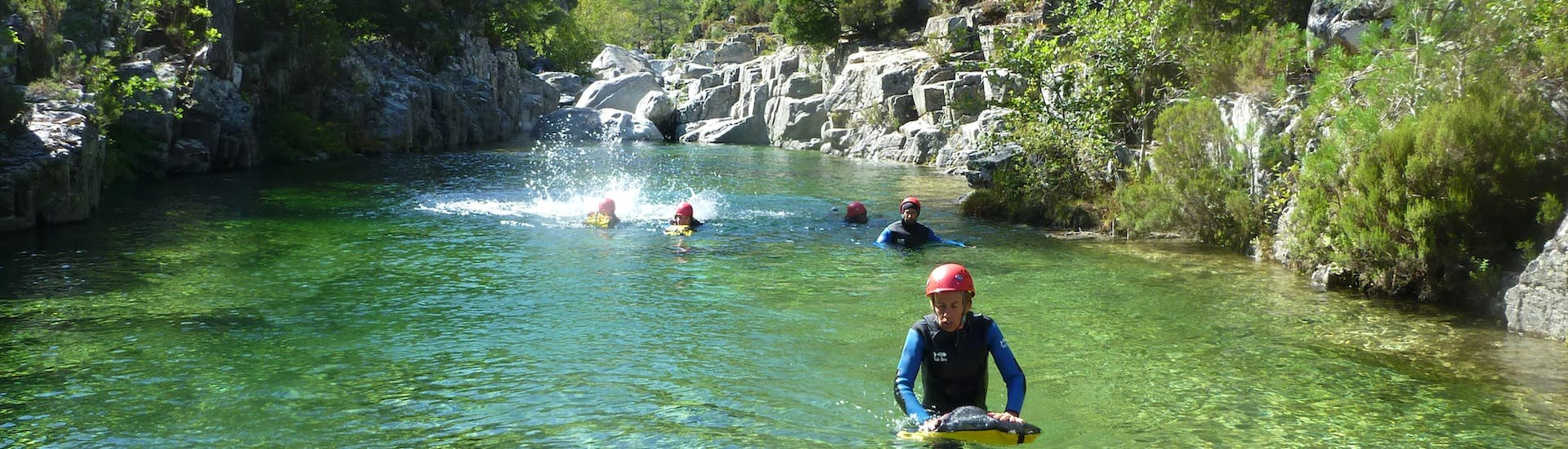 A group is swimming in the canyon du Tavignano during the Canyoning Full day with Canyon Corse.
