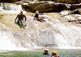 Des personnes glissent sur un toboggan naturel dans le canyon du Chassezac avec Cévèn'Adventure.