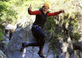 Hommes sautant lors de l'activité canyoning dans le canyon de Gourgas en Ardèche avec Géo Canyon.