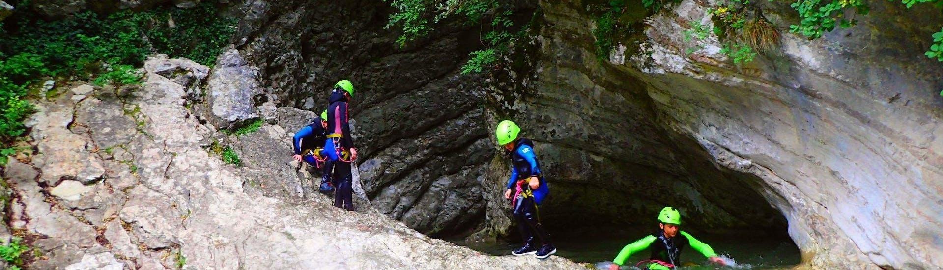 Kinder machen Canyoning im Torrente Vione - Gumpenfever, organisiert von Skyclimber.